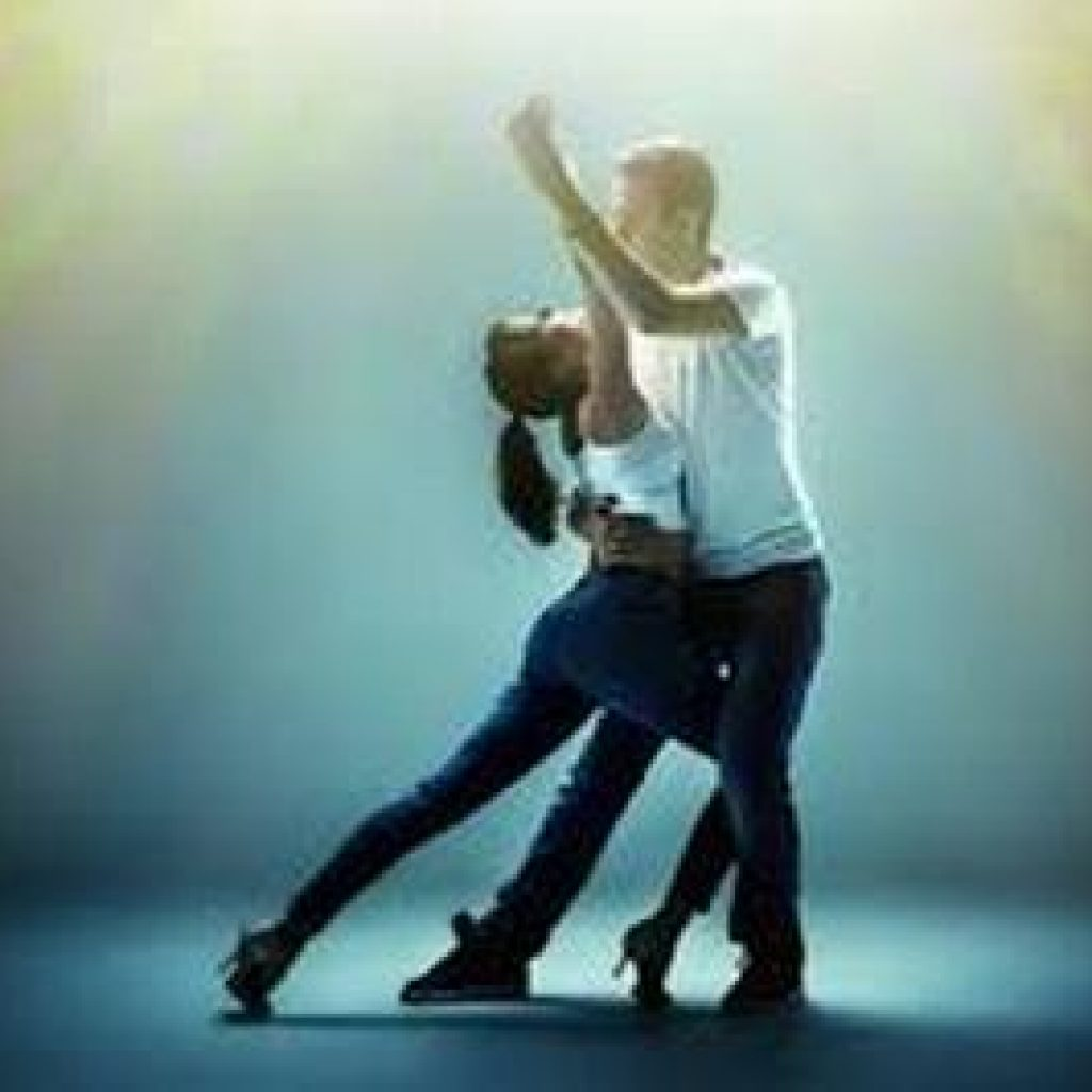 Demonstration-couple-salsa-latines
